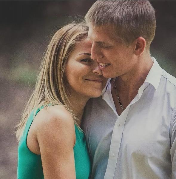 Фото №1 - «Я ее всю жизнь искал»: признания стендапера Щербакова в любви своей жене разбередили душу россиянкам