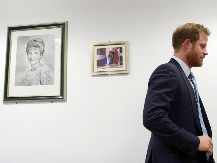 Фото №2 - Против семьи: почему Беатрис и Евгения оказались на стороне Гарри в скандале с его мемуарами