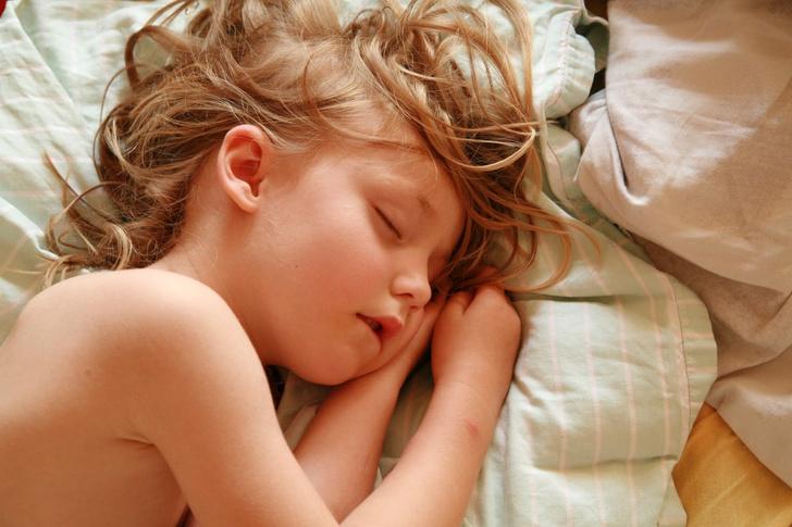 Фото №1 - Бруксизм: почему ребенок скрипит зубами во сне и чем ему помочь