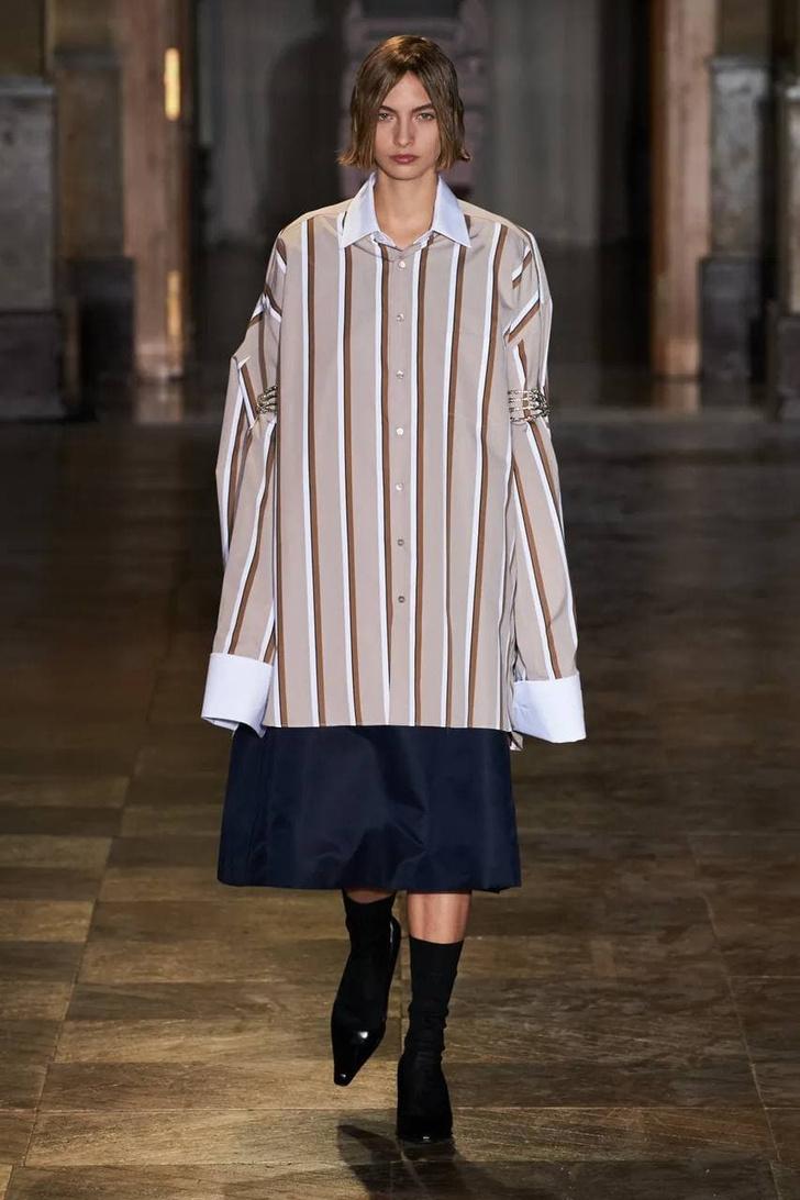Фото №11 - Что, как и с чем носить весной 2022: свежие идеи с Недель моды