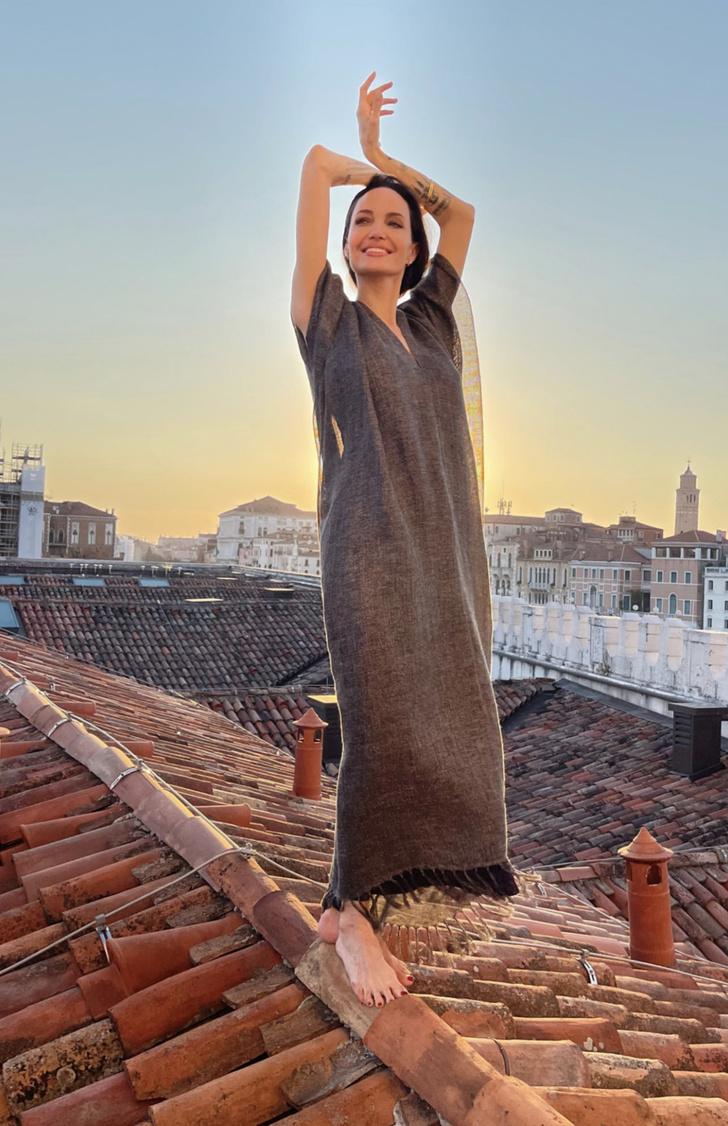Фото №3 - Кошка, которая гуляет сама по себе: что делает Анджелина Джоли босиком на закате на крыше в Венеции?