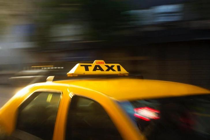 Фото №2 - Почему такси желтые, пожарные машины красные, а покрышки черные: происхождение цветов «по умолчанию»