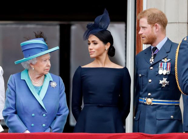 Фото №1 - Ни орденов, ни медалей: Елизавета II готова лишить Гарри и Меган всех титулов