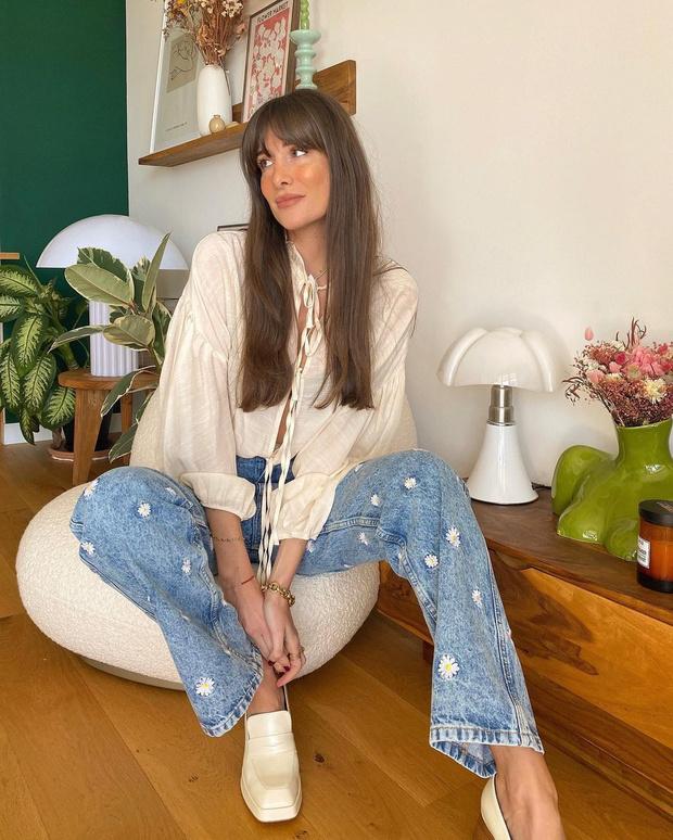 Фото №1 - Привет, ромашки: Жюли Феррери в очаровательных джинсах с вышивкой