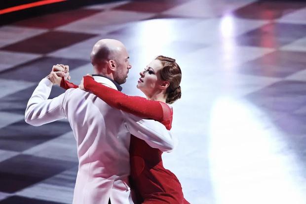 Фото №1 - Лазарев заплакал, Дава поведал о предательстве: в полуфинале шоу «Танцы со звездами» участники рассказали свои истории любви