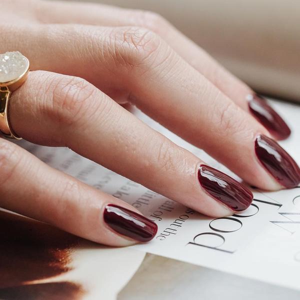 Фото №2 - Вишневый маникюр: осенний тренд, который подходит для ногтей любой длины