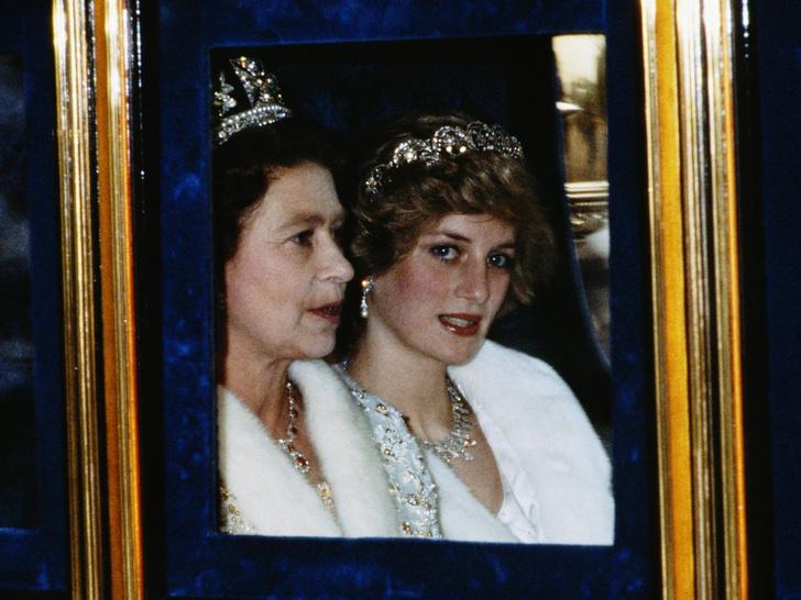 Фото №1 - От полной идиллии до страха: какими были отношения Дианы и Королевы на самом деле