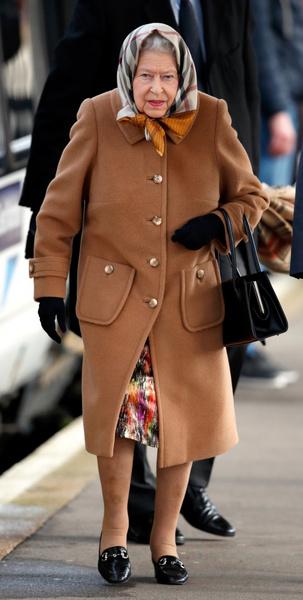 Фото №2 - Первая модель-трансгендер Chanel предстала в новой фотосессии в образе Елизаветы II