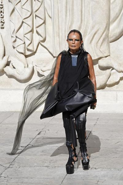 Фото №3 - Улыбка деснами и инопланетный взгляд: самые неформатные музы модных дизайнеров