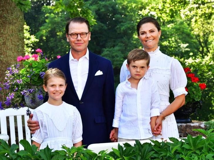 Фото №3 - Самые теплые кадры: королевские семьи Европы поделились традиционными летними фотосессиями