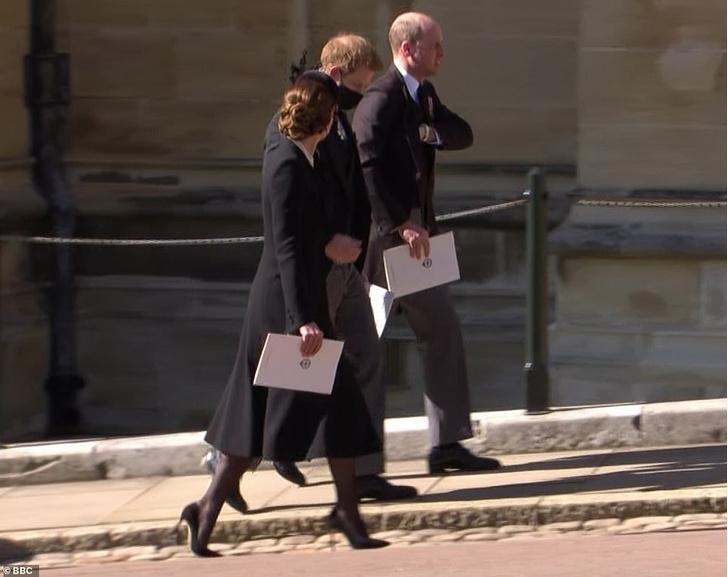 Фото №2 - На шаг ближе: Уильям и Гарри поговорили друг с другом после похорон принца Филиппа