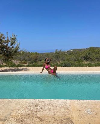 Фото №1 - Соблазнительные изгибы: Тина Кунаки в маленьком купальнике, который как нельзя лучше подчеркивает ее загар