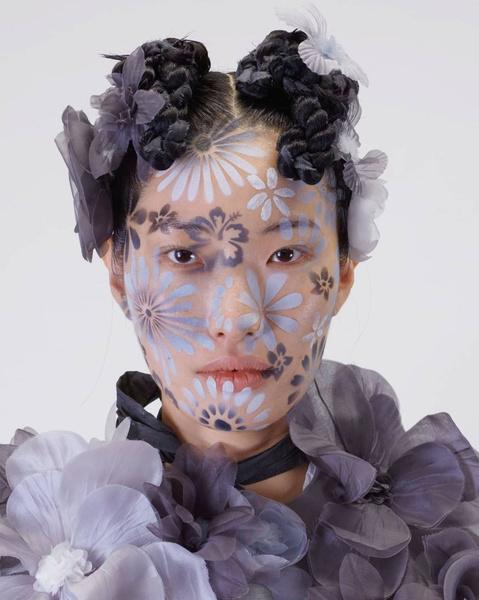 Фото №1 - Как расписать лицо цветами по трафарету: показывает визажист Исамая Френч на шоу Thom Browne SS/22