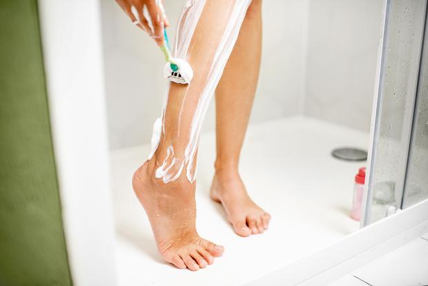 Чем лучше удалять волосы на ногах, теле и лице