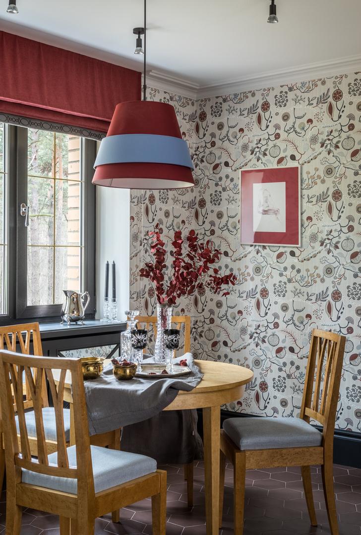 Стол и стулья из капа клена, который еще называют «птичий глаз», сделаны на заказ в мастерских Данилова Монастыря. Обои, Pierre Frey.