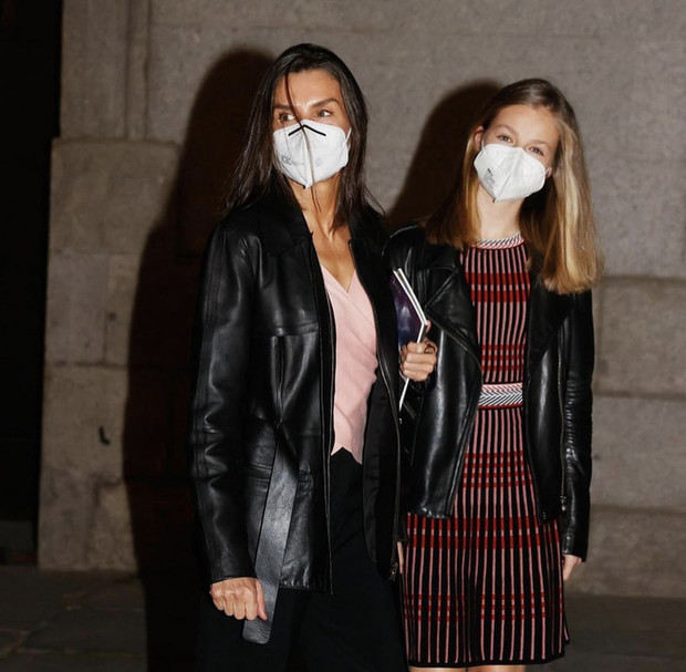 Фото №2 - Королева Летиция и ее дочь носят рокерские куртки в театр
