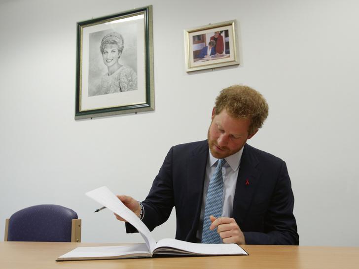 Фото №2 - Принц Гарри пишет «правдивые» мемуары: сколько ему заплатили, и как отреагировали Виндзоры