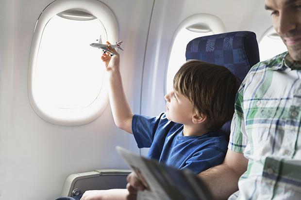 Фото №3 - 10 способов занять малыша в самолете