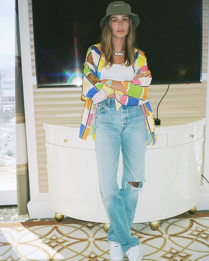 Фото №1 - Хейли Бибер показывает, с чем сочетать самые модные джинсы лета