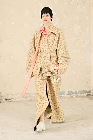 Фото №1 - Пижамы и фарфоровые статуэтки вместо сумок: Acne Studios FW21