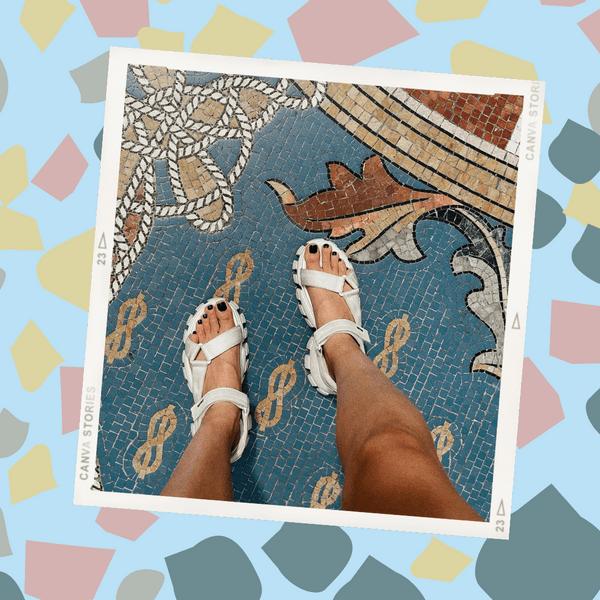 Фото №1 - Темный педикюр на лето: стильная идея для загорелых ног от Карины Нигай
