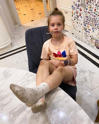 Фото №2 - «Ноги на стол, серьезно?»: Асмус застыдили за фото дочери в грязных носках и коленями в синяках