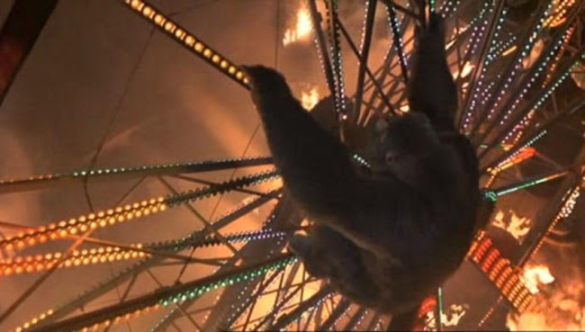 Фото №1 - 10 страшных сцен из кино, после которых тебе расхочется кататься на аттракционах 🎡