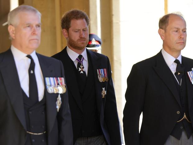 Фото №1 - Почему члены королевской семьи отказываются общаться наедине с принцем Гарри