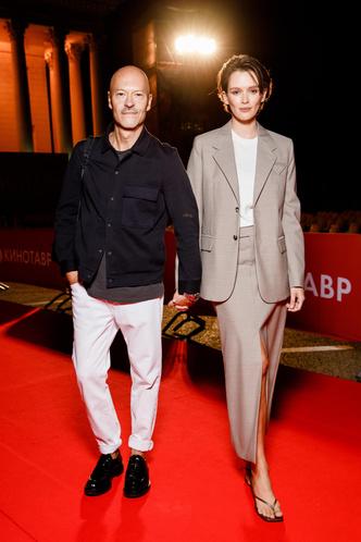 Фото №3 - Дорогой минимализм vs взрыв цвета: модный бой Бондарчуков против Катерины Шпицы с мужем на «Кинотавре»
