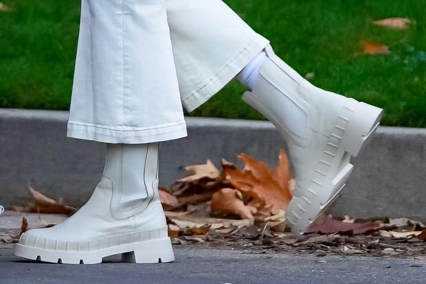 Фото №3 - С чем носить белые джинсы в холодное время года? Вдохновляемся примером Софи Тернер