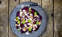 Салат со свеклой, сыром фета и кунжутным маслом