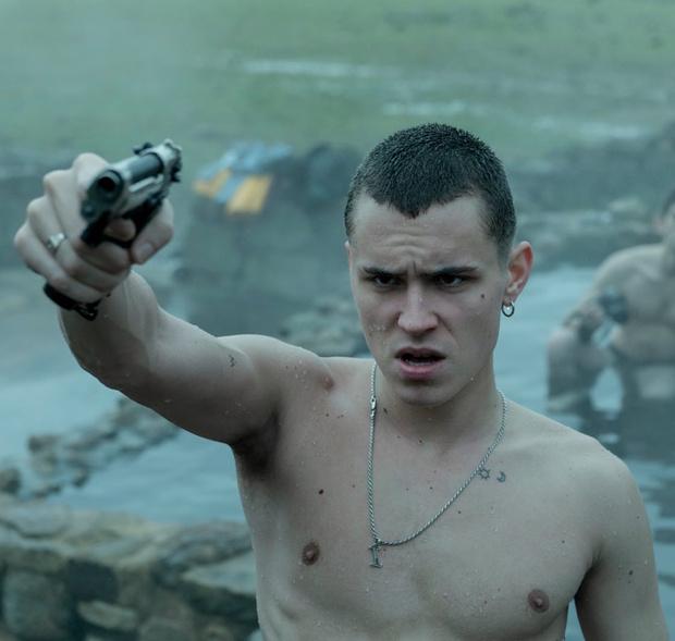 Фото №1 - Фото дня: брутальный Арон Пайпер с пистолетом на кадрах из нового сериала от Netflix