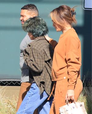 Фото №4 - В карамельном костюме и очках Max Mara: Джей Ло на шопинге с дочерью Эммой