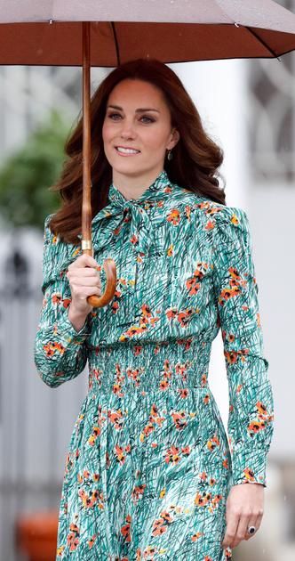 Фото №11 - Символы и знаки: как королевская семья общается при помощи одежды