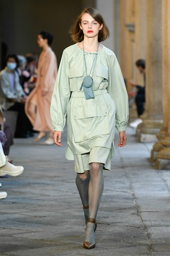 Фото №51 - Идеально скроенные пальто, самые стильные тренчи и брючные костюмы на показе Max Mara