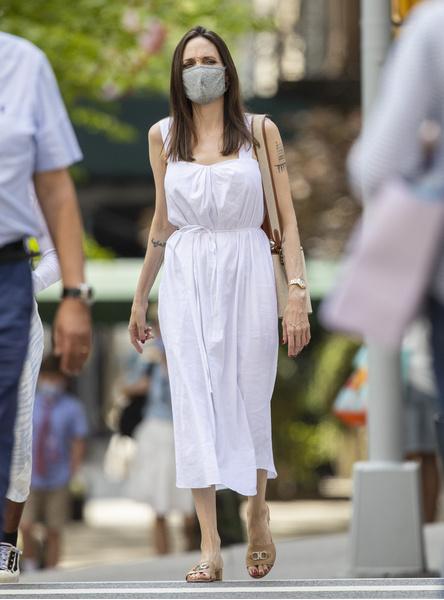 Фото №1 - Подсмотрели: в чем Джоли ходит за продуктами и что из еды покупает домой