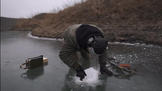 Фото №1 - Кто лучше прострелит лунку для рыбалки— пистолеты Макарова и Стечкина или укороченный «Калашников»? Эксперимент с сюрпризами (видео)