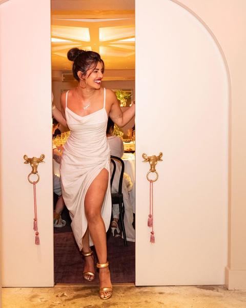Фото №3 - Самые модные образы для летних вечеринок: показывает Приянка Чопра
