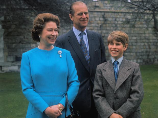 Фото №1 - Особый случай: как складывались отношения Королевы и принца Филиппа с младшим сыном