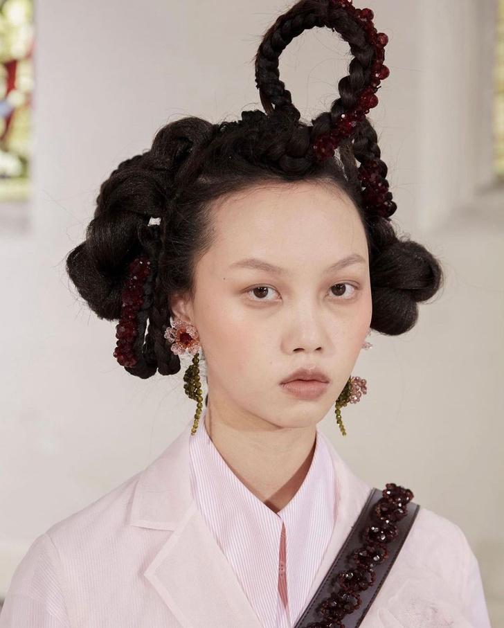 Фото №1 - Бьюти-тренд: заплетаем косички как модели на показе Simone Rocha AW/21