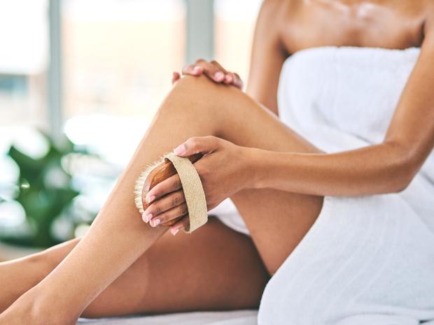 Фото №1 - Враг целлюлита: как правильно делать массаж сухой щеткой