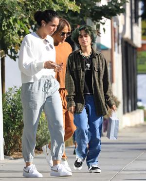 Фото №3 - В карамельном костюме и очках Max Mara: Джей Ло на шопинге с дочерью Эммой