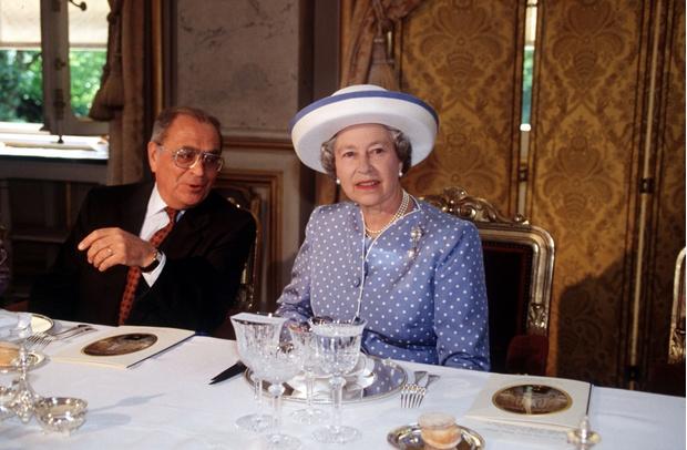 Фото №8 - Завтрак в одиночестве, 300 писем в день и ванна вместо чая: как проходит обычный день Елизаветы II