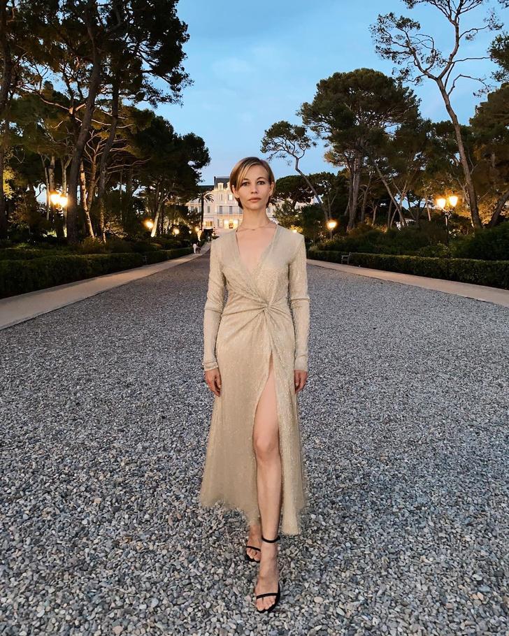 Фото №1 - Во всем блеске: Светлана Устинова в золотом платье Galvan с очень эффектным разрезом