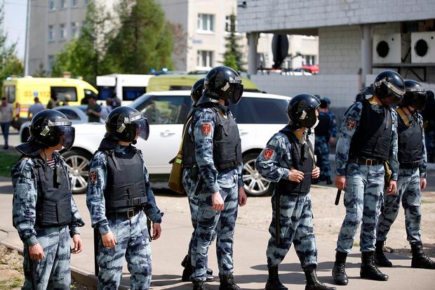 Фото №2 - Надел мамино пальто и пошел в школу: самые громкие шутинги в России
