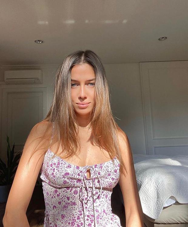 Фото №1 - В лучах осеннего солнца: девушка Брэда Питта Николь Потуральски в самом знаковом платье этого лета