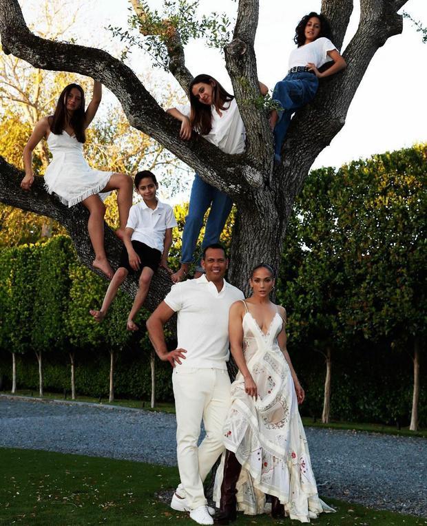 Фото №1 - Семейное древо: как большая семья Дженнифер Лопес отметила самый «ленивый» праздник