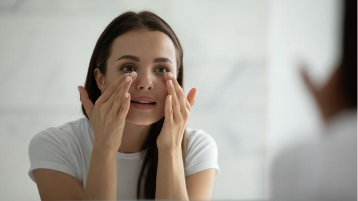 Фото №1 - Процедуры красоты, которые могут навредить вашему зрению