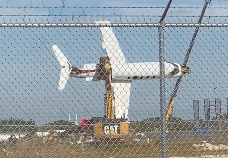 Фото №1 - Экскаватор в последний раз покатал самолет над землей перед утилизацией, и это самое милое, что ты сегодня увидишь (вирусное видео)