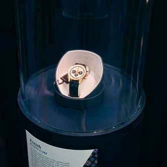 Фото №1 - Коллекционеры ликуют: золотые часы Zenith 1971 года сохранились в первозданном состоянии и доступны для покупки